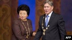 Qirg'iziston sobiq rahbari Roza Otunbayeva, amaldagi prezident Almazbek Atambayev