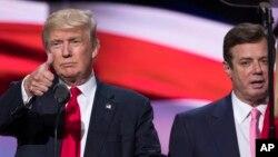 지난해 7월 미국 클리블랜드에서 공화당 전당대회 행사를 앞두고 무대를 점검하는 도널드 트럼프 당시 공화당 대선후보(왼쪽)와 폴 매너포트 선대본부장.