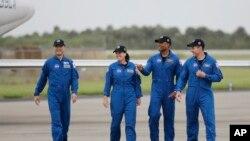 四名飛往國際空間站的宇航員於11月8號抵達佛羅里達州卡納維拉爾角的肯尼迪太空中心。