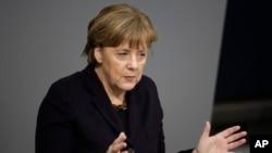 17일 독일 베를린 의회에서 앙겔라 메르켈 총리가 연설하고 있다.