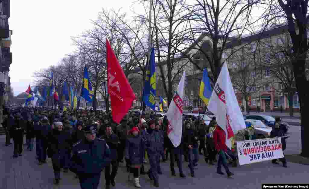 """Євромайдан у Запоріжжі """"Запорожці передали Києву прапор з побажаннями Євромайдану. А учасники автопробігу подарували прапор з побажаннями від київського Майдану"""", - пише Ніна Ярмаркіна."""