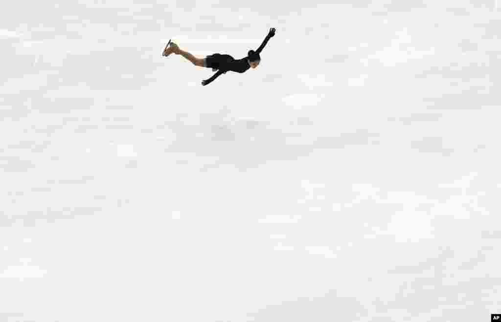 """شرکت """"لی زیژون"""" اسکیت باز چینی در مسابقه ایسکیت یخی در بازی های آسیایی زمستانی در شهر ساپورو در ژاپن."""