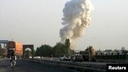 ຄວັນໄຟອອກມາຈາກ ຄ້າຍປະຕິບັດງານຮ່ວມກັນຂອງ ທະຫານໂປໂລຍແລະອັຟການິສຖານ ໃນແຂວງ Ghazni ໃນວັນທີ 28 ສິງຫາ 2013 ຍ້ອນຖືກໂຈມຕີ.