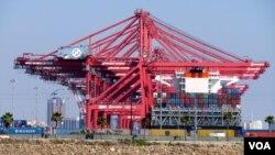 长滩港的韩进集装箱装卸设施昔日风光(美国之音国符拍摄)