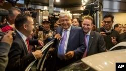 El presidente electo de México, Andrés Manuel López Obrador, es rodeado por la prensa al salir del hotel donde dio una conferencia de prensa en Ciudad de México, el lunes 9 de julio de 2018. López Obrador se reunirá el viernes con el yerno y asesor del presidente Donald Trump, Jared Kushner y con el secretario de Estado de EE.UU., Mike Pompeo.