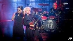 Vokalis Adam Lambert tampil bersama gitaris Queen Brian May (ujung kanan) dan drummer Roger Taylor dalam konser di Budapes, Hungaria, 4 November 2017.
