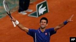 Petenis Serbia Novak Djokovic dalam pertandingan di Perancis Terbuka Mei 2013. (Foto: Dok)
