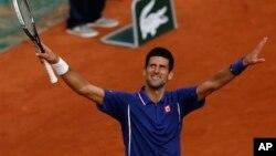 Petenis Serbia Novak Djokovic maju ke perempat final Perancis Terbuka (foto: dok).