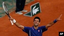 Petenis Serbia, Novak Djokovic mengalahkan petenis Argentina Guido Pella dalam Kejuaraan Tenis Terbuka Perancis, di stadion Roland Garros, Paris dengan kemenangan 6-2, 6-0 dan 6-2 (30/5).
