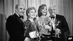 بازیگران «د مری تایلر مور شو» در ۲۸مین جوایز سالانه امی - لوس آنجلس ۱۸ مه ۱۹۷۶ - از چپ: اد اسنر، بتی وایت، مری تایلر مور، و تد نایت