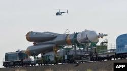 Transport ruske svemirske rakete tipa Sojuz ka lansirnoj rampi u Bajkonuru, u Kazahstanu