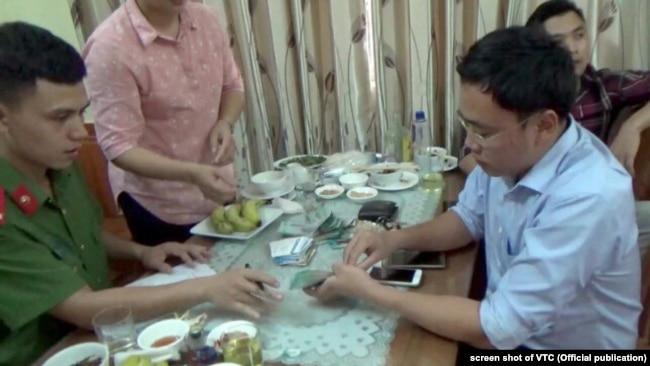 nhà báo Lê Duy Phong (phải) khi bị công an bắt ở Yên Bái trưa ngày 22/6/2017