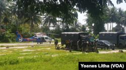 Personel Brimob Polda Sulteng bersiap menaiki helikopter untuk penyisiran pencarian kelompok teroris pegunungan. Sabtu (31/7/2021). (Foto: VOA/Yoanes Litha)