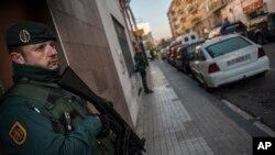 Un policier monte la garde, Pamplone, le 1er décembre 2015
