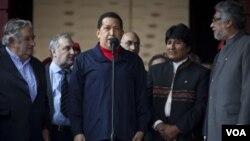 Hugo Chávez trató dar una imagen de fortaleza durante los actos por el Bicentenario de la Independencia en Venezuela.