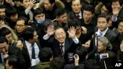 L'ex-secrétaire général de l'ONU, Ban Ki-moon, accueilli par une foule à son arrivée à la gare de Séoul, en Corée du Sud, le 12 janvier 2017