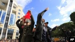 突尼斯警察也加入示威者隊伍。
