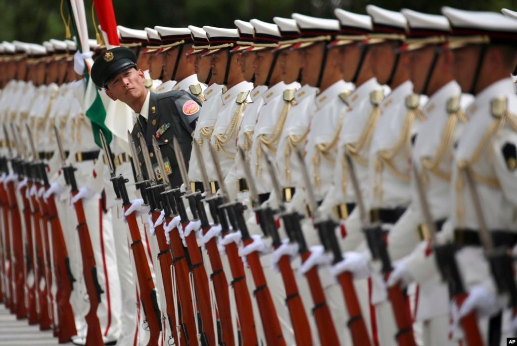 일본 자위대 소속 의장대가 도쿄 방위성 청사에서 아룬 제틀리 인도 국방장관 환영행사를 준비하고 있다. 양국은 국방장관 회담에서 해군에 이어 육· 공군으로 합동훈련을 확대하기로 합의했다.