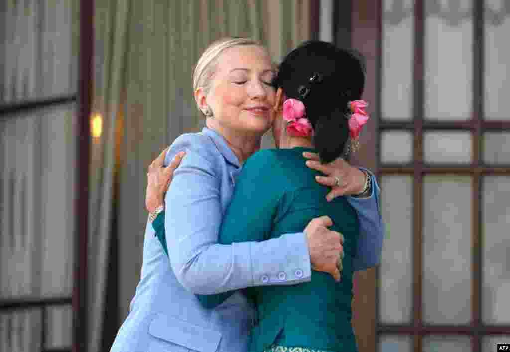 Держсекретар США Гілларі Клінтон вітає опозиційного лідера Бірми - Аунг Сан Су Чжі. 2.12.2011. (Reuters)