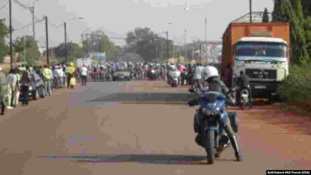 Les cyclistes du Tour du Faso après leur depart de Ouagadougou pour Koudougou lors de la 4e étape, lundi 2 novembre 2015. Photo Salif Kabore VOA