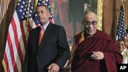 달라이 라마가 워싱턴 의회에서 기자회견을 마치고 공화당 소속의 존 베이너 하원의장과 손을 잡고 걸어나가고 있다.