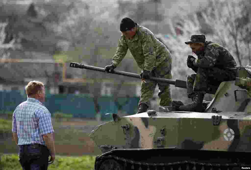 Украинский солдат разговаривает с пророссийским демонстрантом в Краматорске. 16 апреля 2014г.