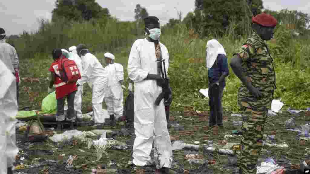 Les secouristes à la recherche des corps de victimes du crash de l'Antonov An-12 à Juba, Soudan, 4 novembre 2015. (AP Photo/Jason Patinkin)