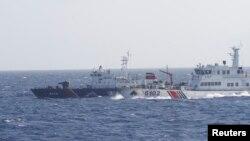 지난 14일 남중국해 영유권 분쟁 해역에서 중국 해안감시선(오른쪽)이 자국 석유 시추시설에 접근하려는 베트남 해양경비선(왼쪽)을 몰아내고 있다. (자료사진)