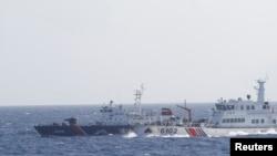 Tàu Trung Quốc (phải) theo sát tàu của Lực lượng Cảnh sát biển Việt Nam gần giàn khoan Hải Dương 981.