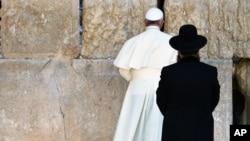 El papa Francisco ora en el Muro Occidental, el lugar más sagrado de los judíos.