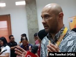 "Ketua Pelaksana ""Mining for Life"" yang juga Juru Bicara PT Freeport Indonesia, Riza Pratama, berbicara kepada wartawan dalam ""Mining For Life"" di Museum Geologi, Bandung, Sabtu (19/1/2019). (Foto: VOA/Rio Tuasikal)"