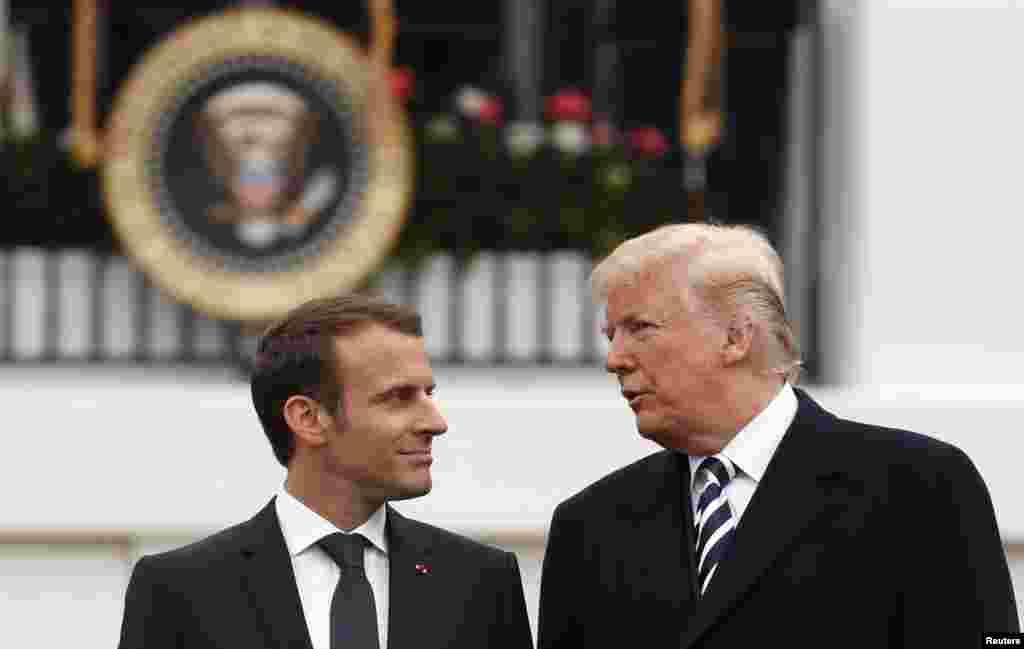 Le président américain Donald Trump s'entretient avec le président français Emmanuel Macron lors de la cérémonie d'arrivée officielle sur la pelouse sud de la Maison-Blanche à Washington, aux Etats-Unis, le 24 avril 2018.