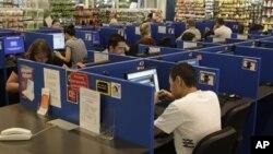 Pengguna komputer di sebuah internet cafe di Sydney, Australia. (Foto: Dok)