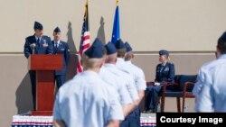지난 15일 미국 플로리다주 패트릭 공군기지 내 공군기술응용본부(AFTAC)에서 열린 5개 비행대대 편성 기념식. AFTAC 본부장인 제니퍼 소바다 대령(오른쪽)이 5개 비행대대 선임 에런 칼 중령의 연설을 듣고 있다. 사진 출처 = 미 AFTAC.