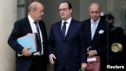 Francuski predsednik Fransoa Oland (C), ministar odbrane Žan Iv Le Drian (L) i ministar inostranih poslova Loran Fabijis nakon susreta u Jelisejskoj palati