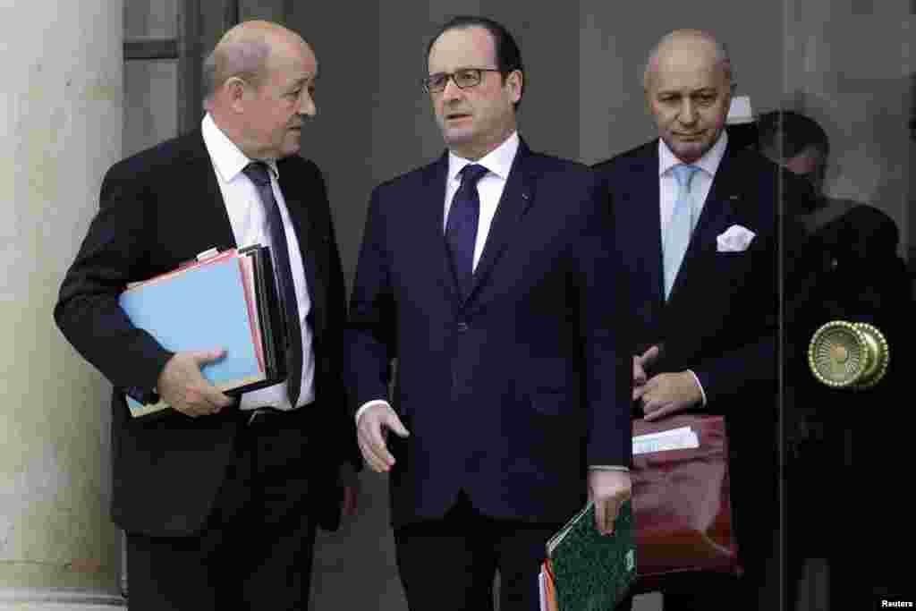 Fransa prezidenti Fransua Olland (mərkəzdə), müdafiə naziri Jan İv Le-Dian (solda) və xarici işlər naziri Loran Fabia - Paris, 21 yanvar, 2015