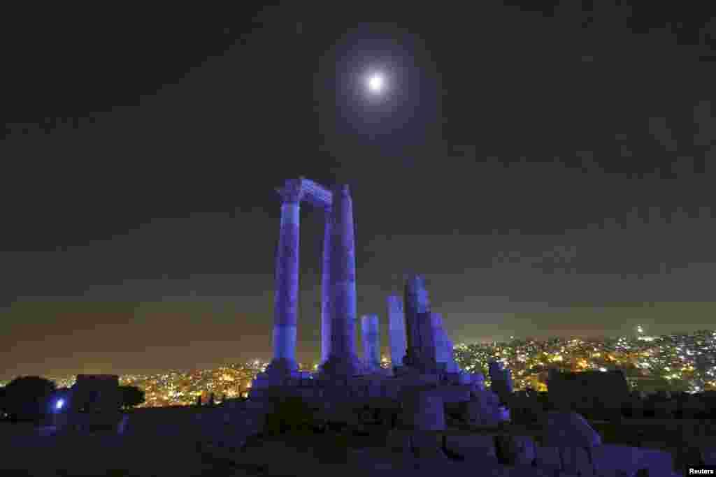 ព្រះចន្ទត្រូវបានគេប្រទះឃើញនៅលើសសរ Roman នៃប្រាសាទ Hercules នៅទីប្រជុំជន Citadel ក្រុងអាម៉ាន់ (Amman) ប្រទេសហ្ស៊កដានី (Jordan) នៅពេលដែលប្រាសាទនេះត្រូវបានគេបំភ្លឺជាមួយភ្លើងពណ៌ខៀវដើម្បីសាទរខួបទី៧០របស់អង្គការសហប្រជាជាតិ កាលពីថ្ងៃទី២៤ ខែតុលា ឆ្នាំ២០១៥។