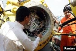 Para teknisi memeriksa tsunami buoy yang rusak di Pelabuhan Tanjung Priok, Jakarta, 19 Juli 2006.