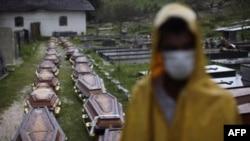Гробы, предназначенные для жертв наводнения.