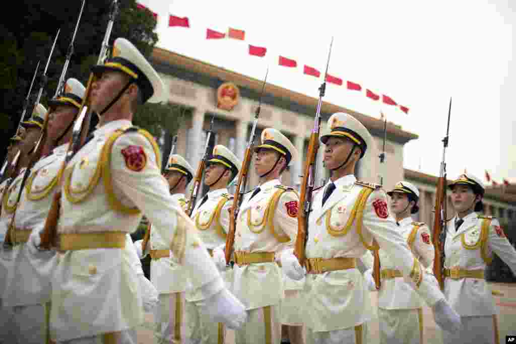 Anggota pasukan kehormatan China berbaris untuk menyambut kedatangan Presiden Uzbekistan, Shavkat Mirziyoyev di Beijing.