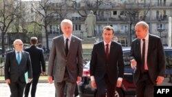 Le ministre français de l'Economie Bruno Le Maire et le ministre des Affaires étrangères Jean-Yves Le Drian accueillent le président français Emmanuel Macron à Paris, le 6 avril 2018.
