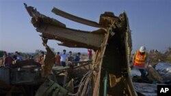 Tentara Pakistan dan media meninjau lokasi jatuhnya pesawat Boeing 737 milik maskapai penerbangan Bhoja Air di Islamabad (21/4).
