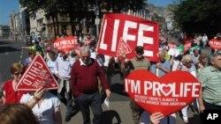 지난 6일 아일랜드 수도 더블린에서 낙태 허용 법안에 반대하는 시민들이 플랜카드를 들고 시위하고 있다.