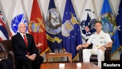 時任副總統彭斯與美軍印太司令部司令戴維森海軍上將(右)在夏威夷會面(路透社2018年8月1日)