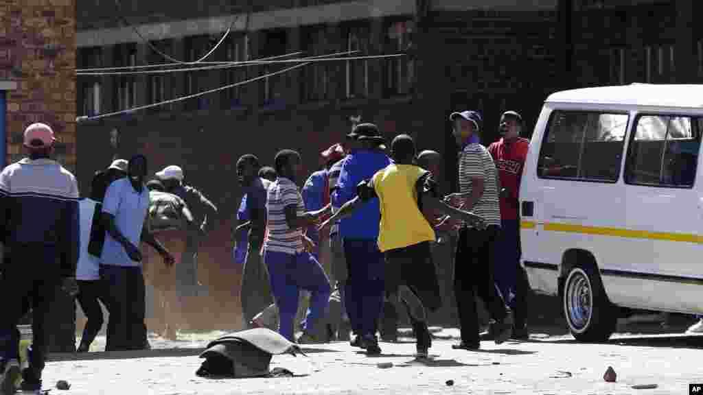 La police a tiré des balles en caoutchouc et des grenades à gaz lacrymogène pour disperser une foule de manifestants xénophobes à l'extérieur d'une auberge, à Actonville, à l'est de Johannesburg, Afrique du Sud, jeudi 16 avril 2015.