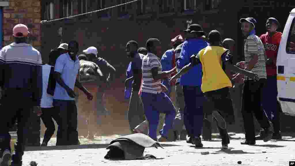 Vurumai latokea baada ya polisi kutumia risasi za mpira na gesi za kutoa machozi kuwatawanya waandamanaji wanaowapinga wageni huko Johanesburg, Afrika Kusini. April 16, 2015