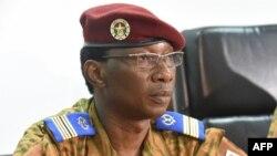 Le colonel Denise Auguste Barry lors d'une conférence de presse à Ouagadougou le 6 novembre 2014