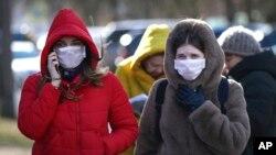Người dân đeo khẩu trang trên đường phố ở Minsk, Belarus, ngày 28 tháng 2, 2020.
