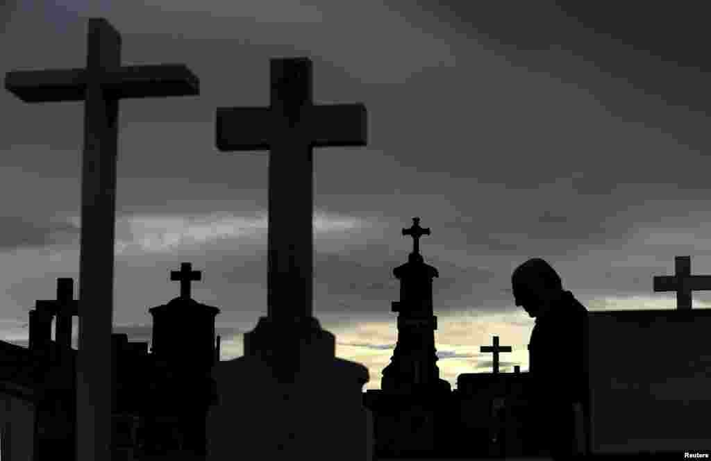 Một người đàn ông đi giữa những ngôi mộ tại nghĩa trang thành phố San Salvador ở thành phố Oviedo, miền bắc Tây Ban Nha. Người Công giáo sẽ đón mừng ngày Lễ Các Thánh vào Chủ nhật bằng việc đến viếng nghĩa trang và mộ của người thân và bạn bè đã qua đời.