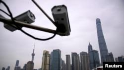 资料照:上海黄浦江边监控浦东陆家嘴金融区的监控摄像头。(2020年1月15日)